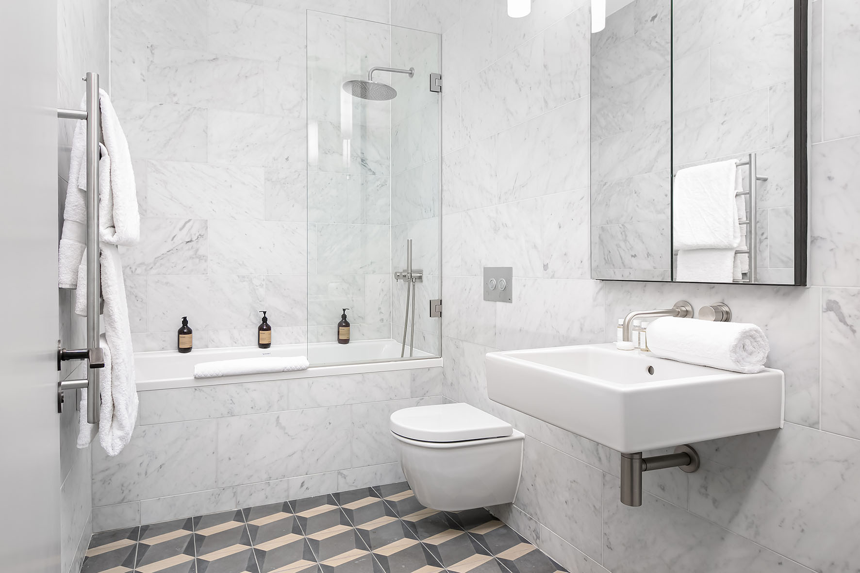 Lovelydays luxury service apartment rental - London - Soho - Berwick Street I - Lovelysuite - 3 bedrooms - 3 bathrooms - Beautiful bathtub - 5ff0abcdecdf - Lovelydays
