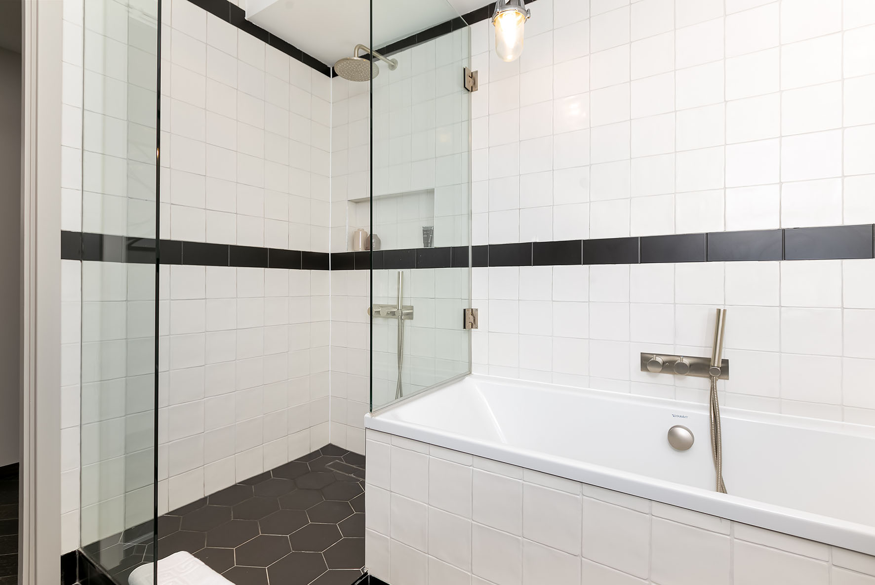 Lovelydays luxury service apartment rental - London - Soho - Berwick Street III - Lovelysuite - 1 bedrooms - 1 bathrooms - Lovely shower - Beautiful bathtub - rent apartments london - a4d35a3d4d2e - Lovelydays