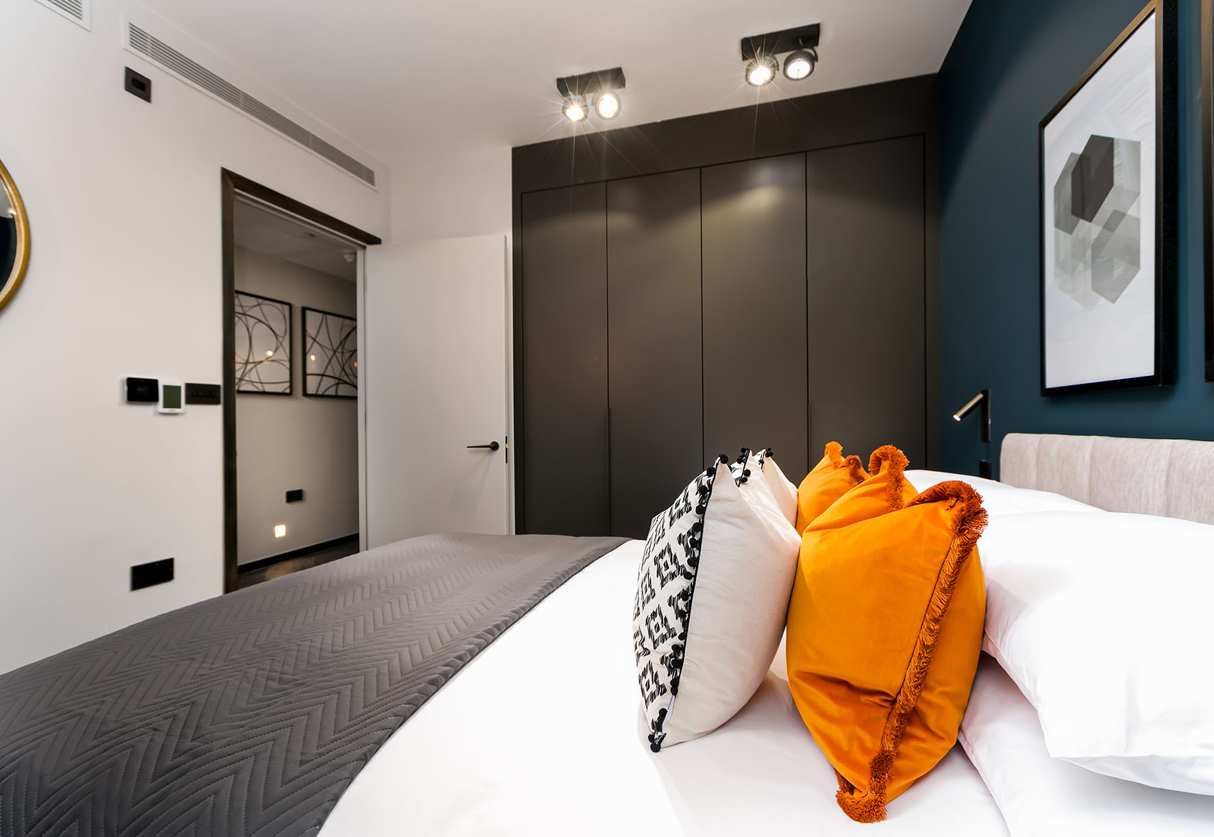 Lovelydays luxury service apartment rental - London - Soho - Berwick Street III - Lovelysuite - 1 bedrooms - 1 bathrooms - Queen bed - rent apartments london - e22113d14dda - Lovelydays