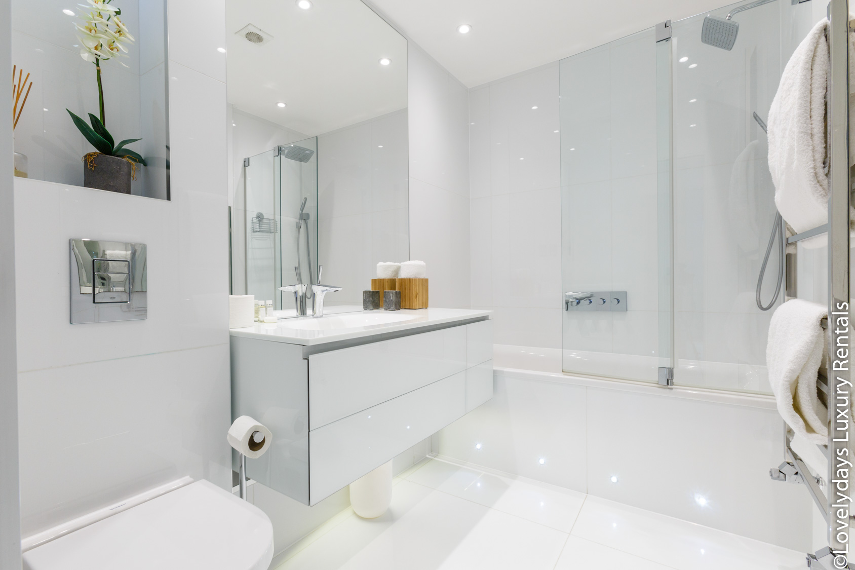 Lovelydays luxury service apartment rental - London - Covent Garden - Cockspur Street - Lovelysuite - 3 bedrooms - 2 bathrooms - Lovely shower - 4274247f5006 - Lovelydays