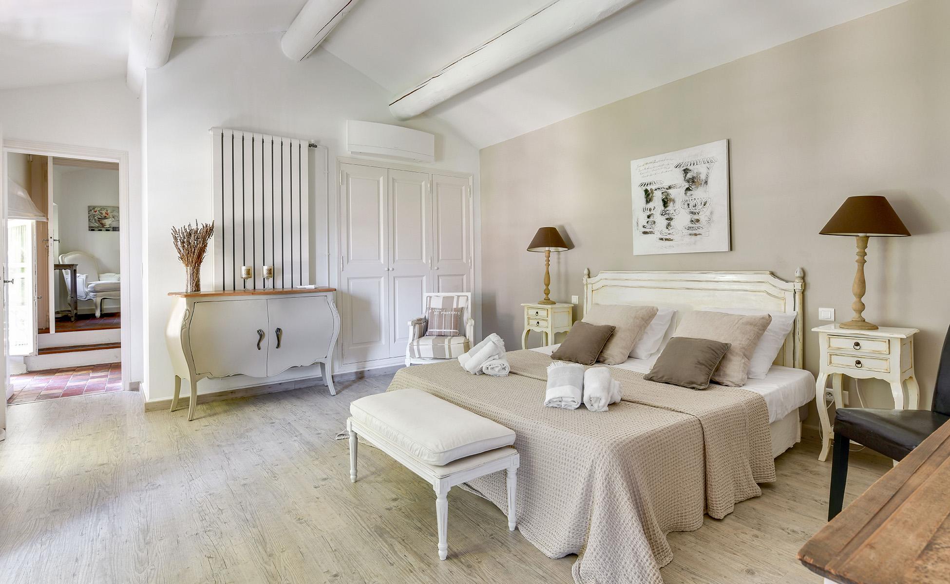 Lovelydays luxury service apartment rental - St Rémy de Provence and surroundings - Ameu Mas - Partner - 6 bedrooms - 6 bathrooms - Queen bed - f824625da103 - Lovelydays