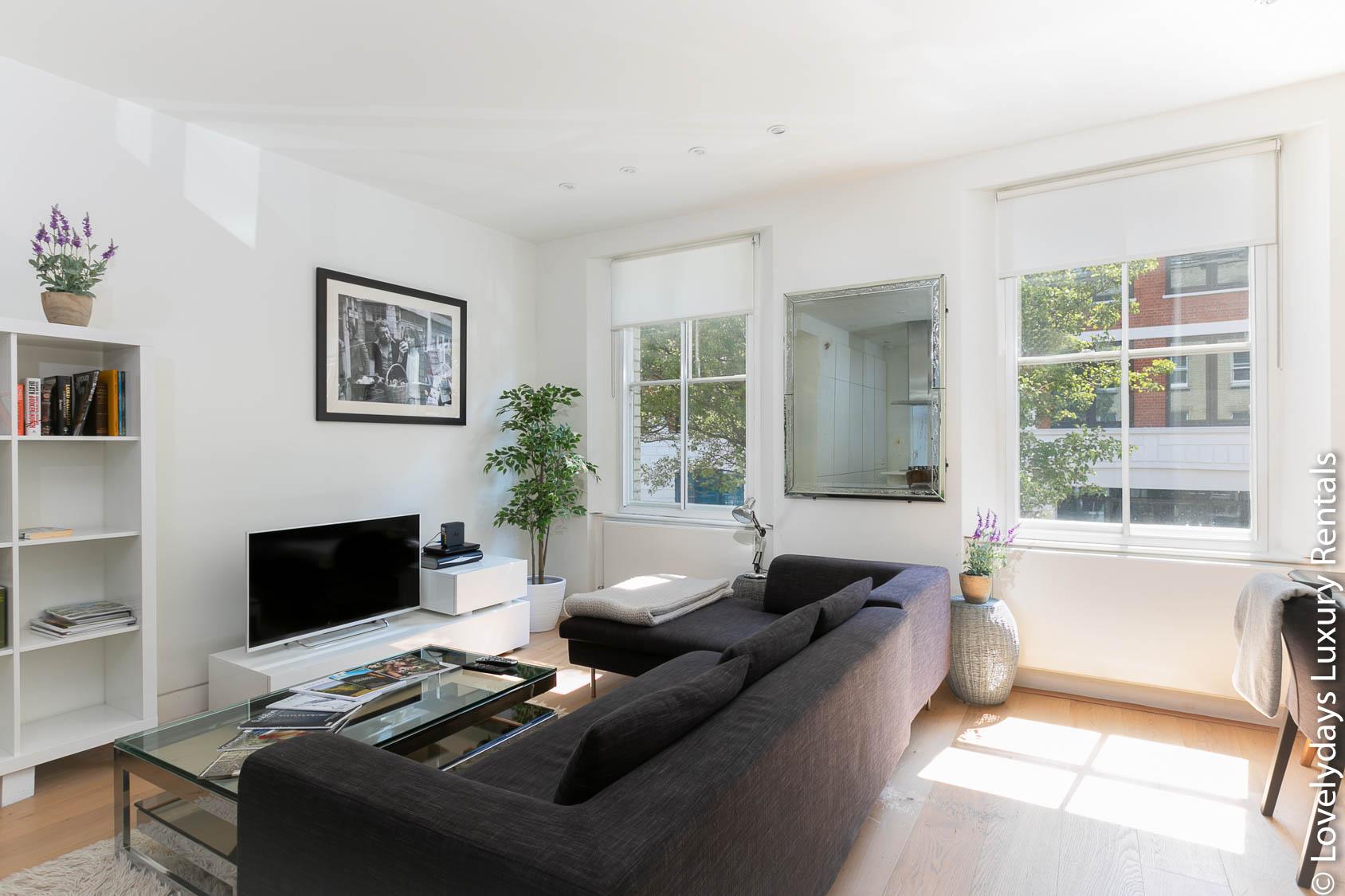 Lovelydays luxury service apartment rental - London - Fitzrovia - Foley Street - Lovelysuite - 2 bedrooms - 2 bathrooms - Luxury living room - Comfortable sofa - TV system - 1b9cc8c28463 - Lovelydays