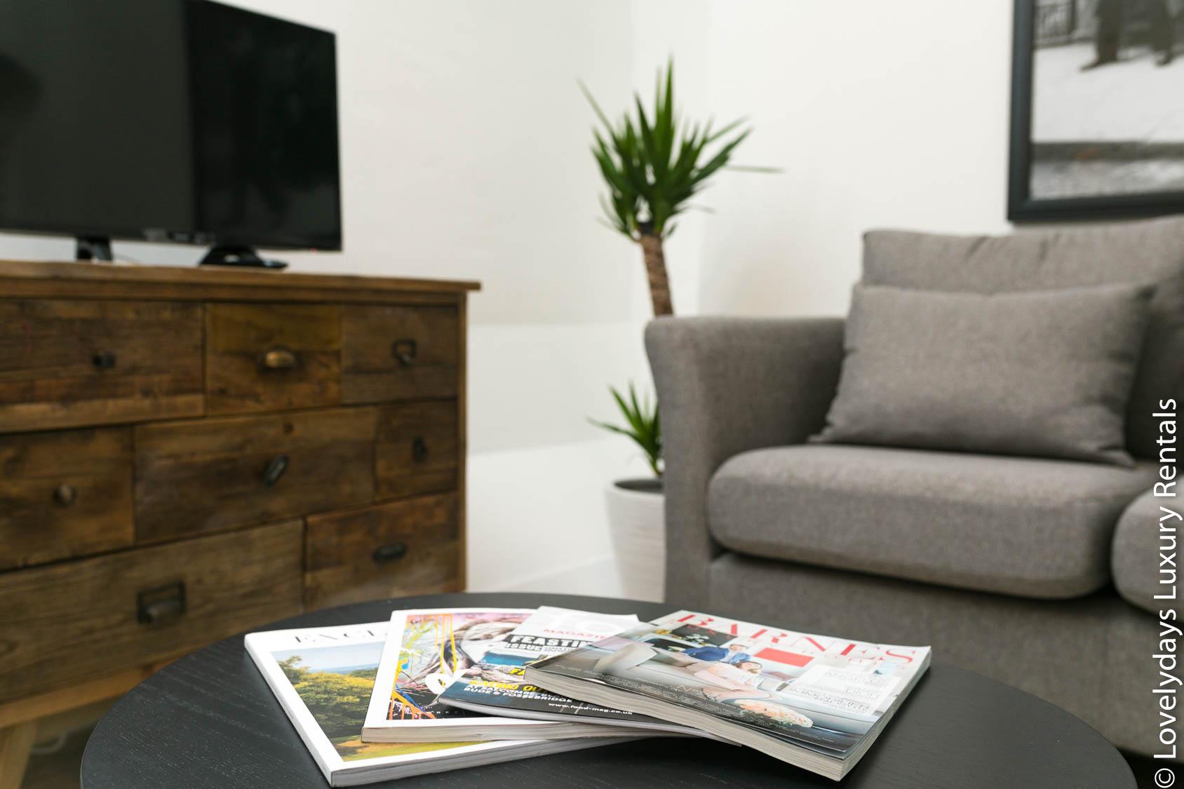 Lovelydays luxury service apartment rental - London - Fitzrovia - Goodge 55 - Lovelysuite - 2 bedrooms - 3 bathrooms - Comfortable sofa - a7f4cb21eb5e - Lovelydays