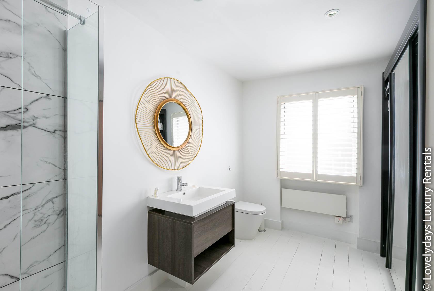 Lovelydays luxury service apartment rental - London - Fitzrovia - Goodge 55 - Lovelysuite - 2 bedrooms - 3 bathrooms - Lovely shower - 522d62efef6b - Lovelydays