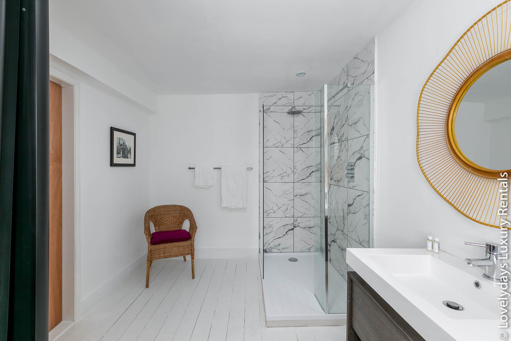 Lovelydays luxury service apartment rental - London - Fitzrovia - Goodge 55 - Lovelysuite - 2 bedrooms - 3 bathrooms - Lovely shower - 2a23cefbb36e - Lovelydays