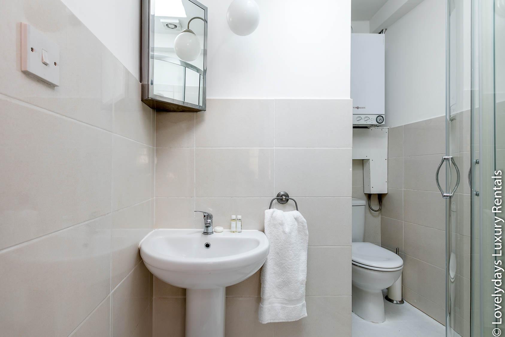 Lovelydays luxury service apartment rental - London - Fitzrovia - Goodge 55 - Lovelysuite - 2 bedrooms - 3 bathrooms - Lovely shower - adb887c96a3c - Lovelydays