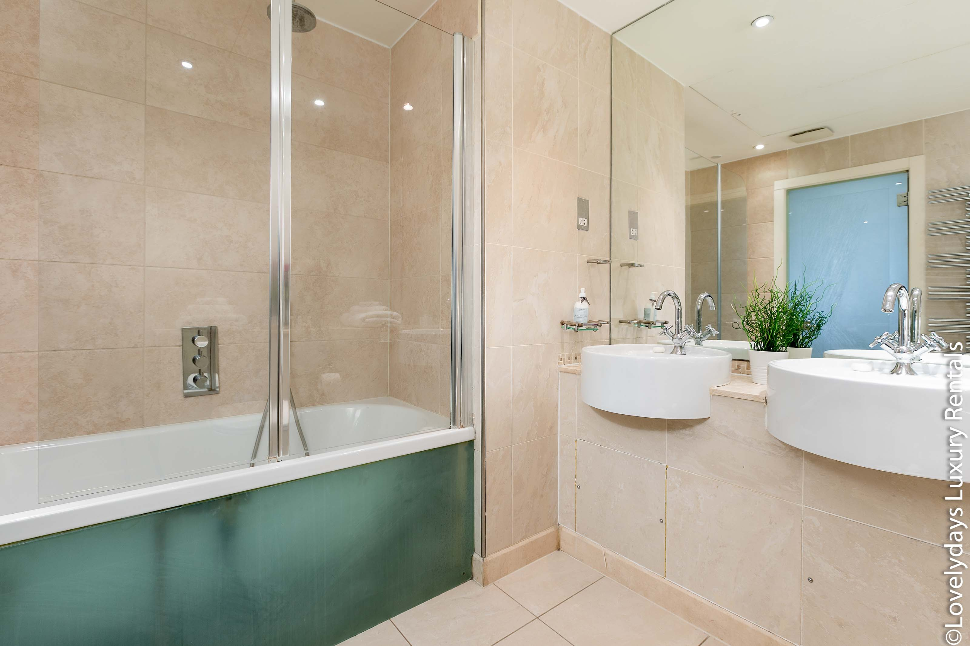 Lovelydays luxury service apartment rental - London - Knightsbridge - Hans Crescent - Partner - 2 bedrooms - 2 bathrooms - Beautiful bathtub - b7d29321b2f3 - Lovelydays