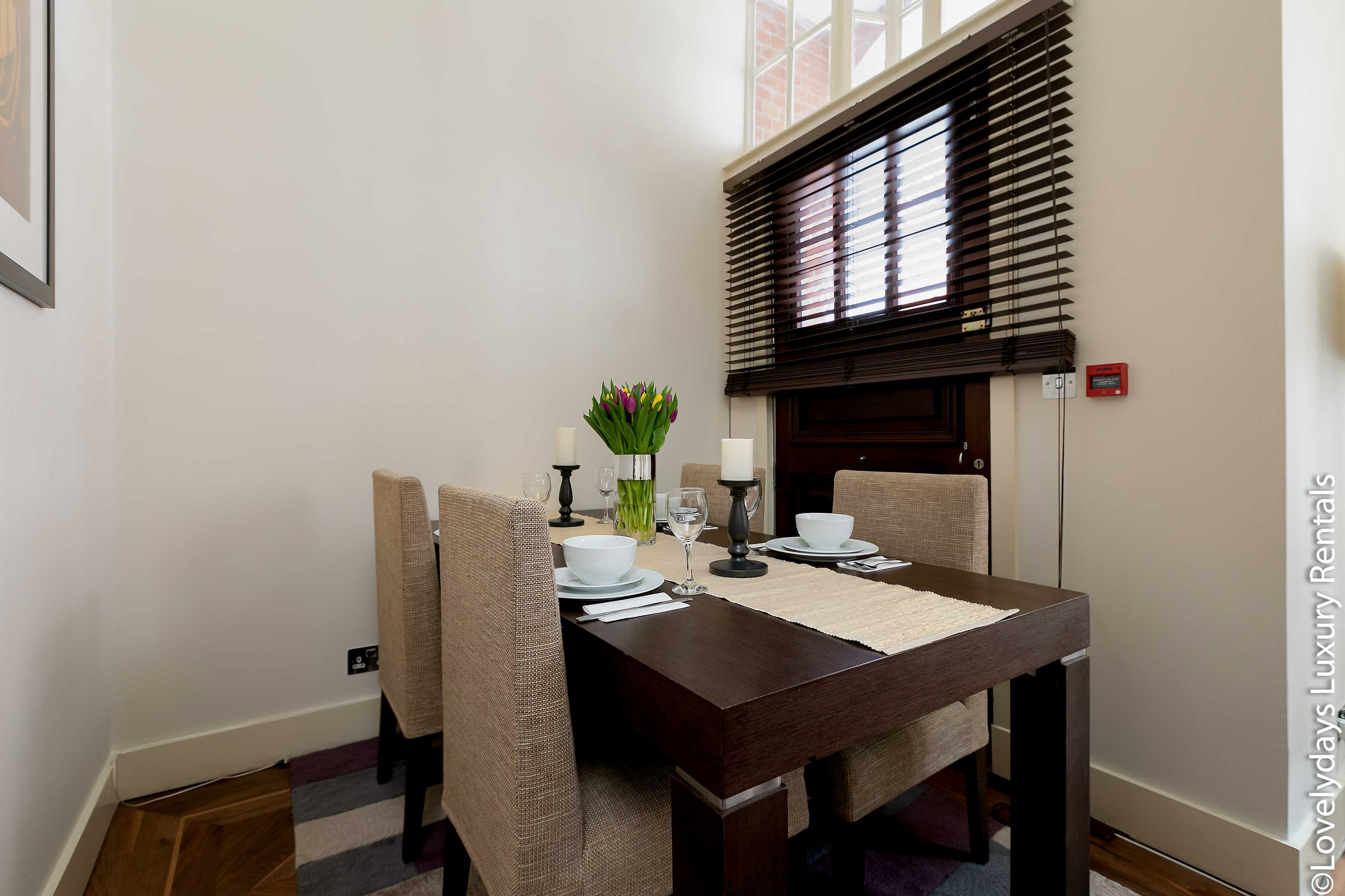 Lovelydays luxury service apartment rental - London - Knightsbridge - Hans Crescent - Partner - 2 bedrooms - 2 bathrooms - Dining living room - adc803ff4037 - Lovelydays