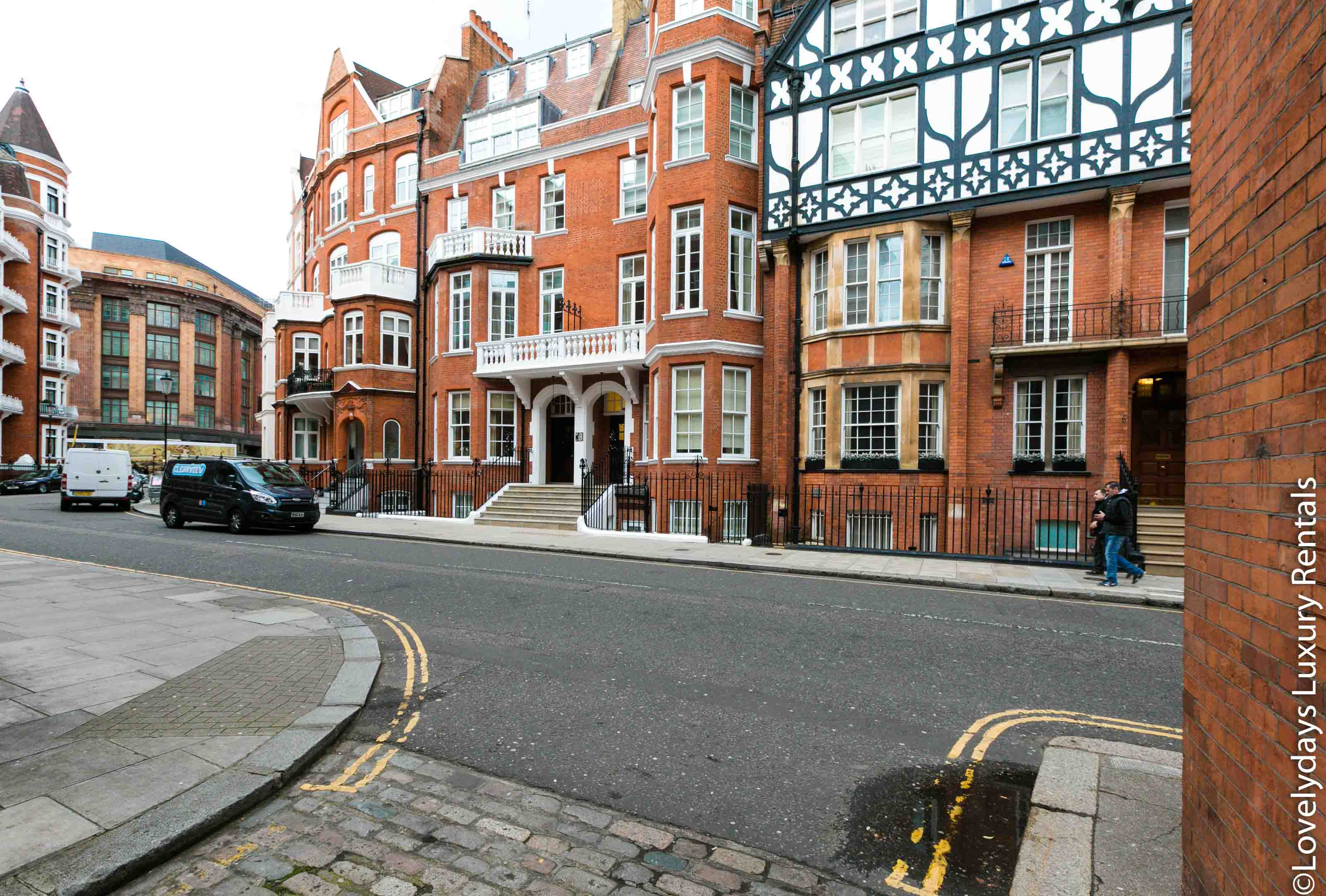 Lovelydays luxury service apartment rental - London - Knightsbridge - Hans Crescent - Partner - 2 bedrooms - 2 bathrooms - Hallway - 834e215b9d8c - Lovelydays