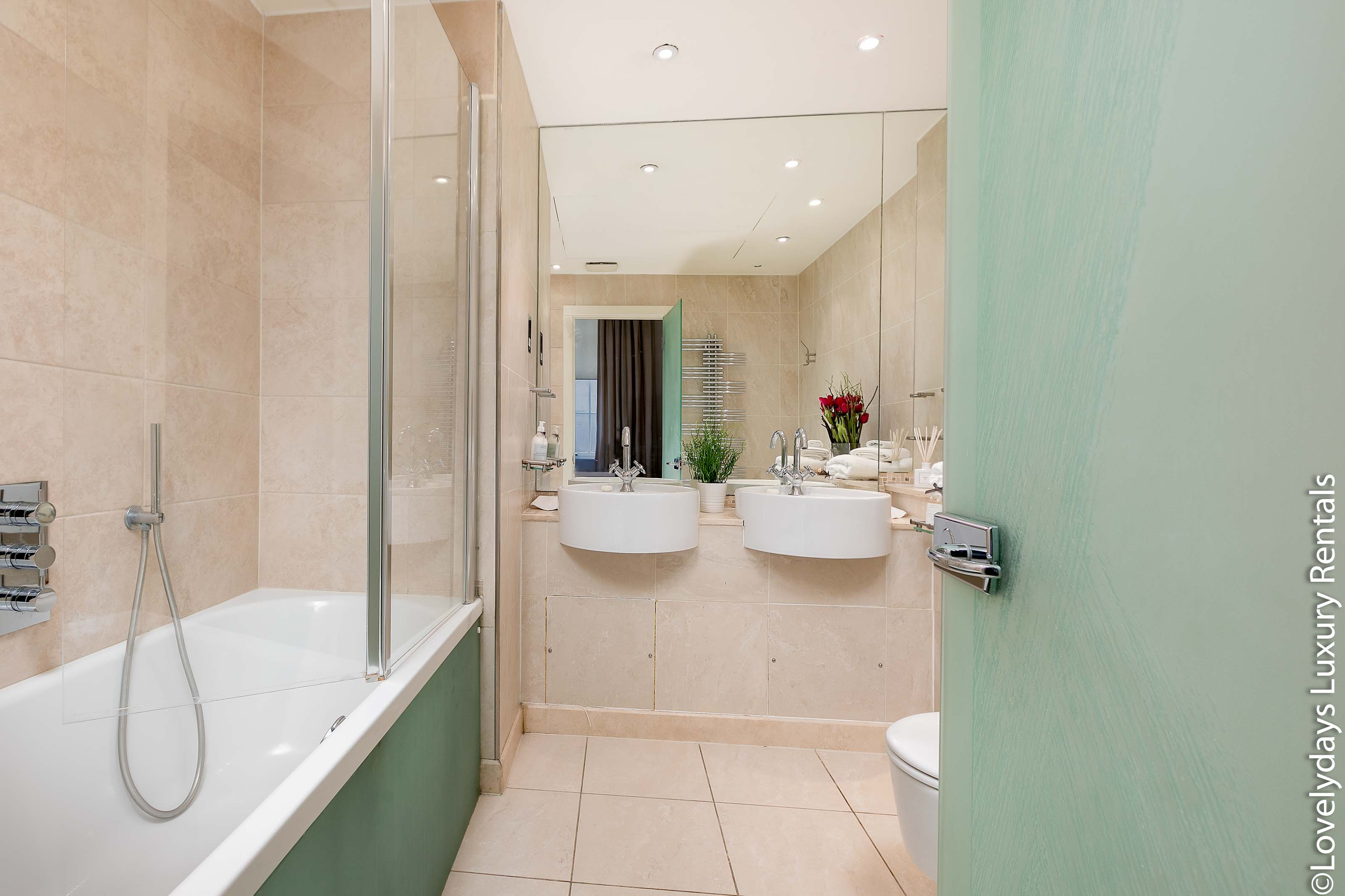 Lovelydays luxury service apartment rental - London - Knightsbridge - Hans Crescent - Partner - 2 bedrooms - 2 bathrooms - Beautiful bathtub - 00ac3717ad6f - Lovelydays