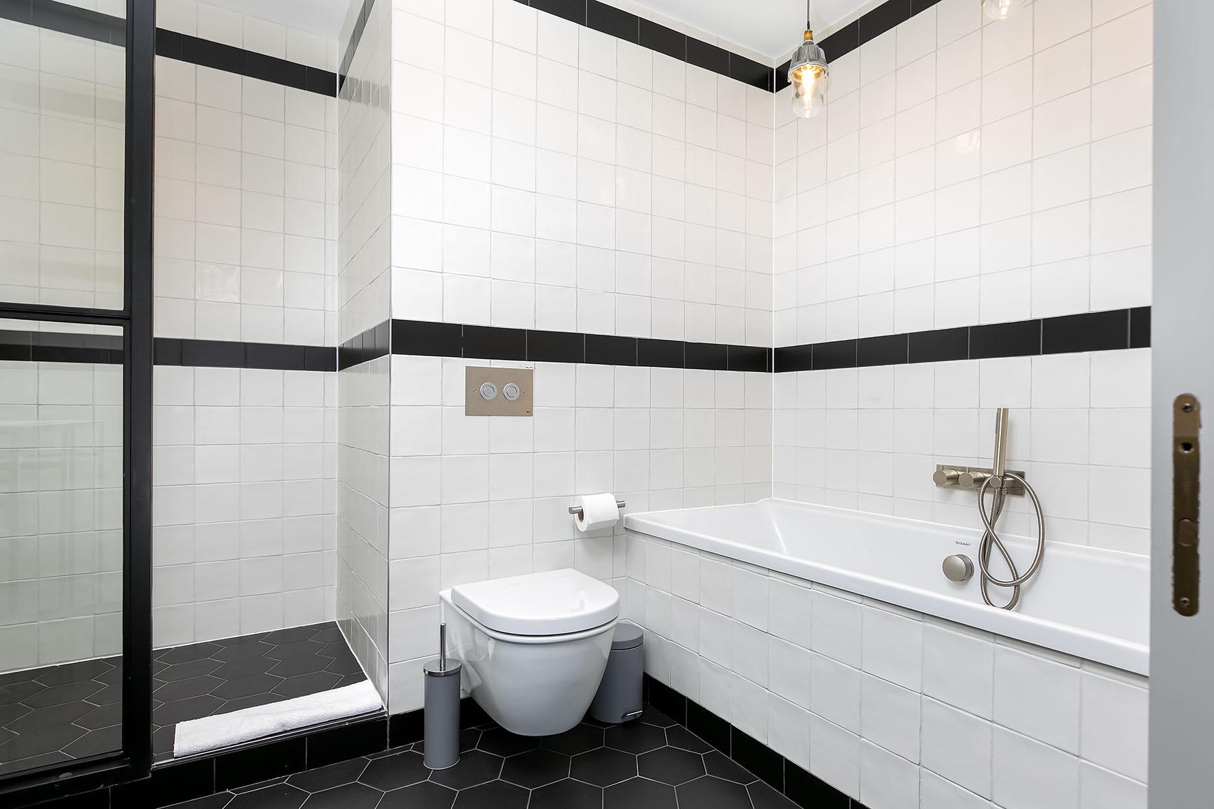 Lovelydays luxury service apartment rental - London - Soho - Oxford Street IV - Lovelysuite - 2 bedrooms - 2 bathrooms - Beautiful bathtub - b2e47a24f65a - Lovelydays