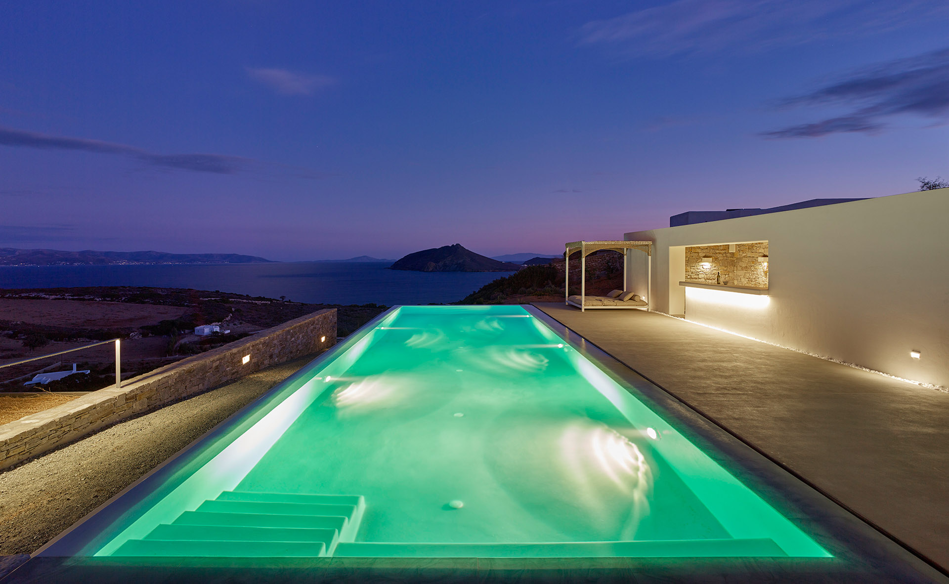 <p>Lovelydays Luxury Rentals introduce you pictures of a charming house in the heart of Paros</p>