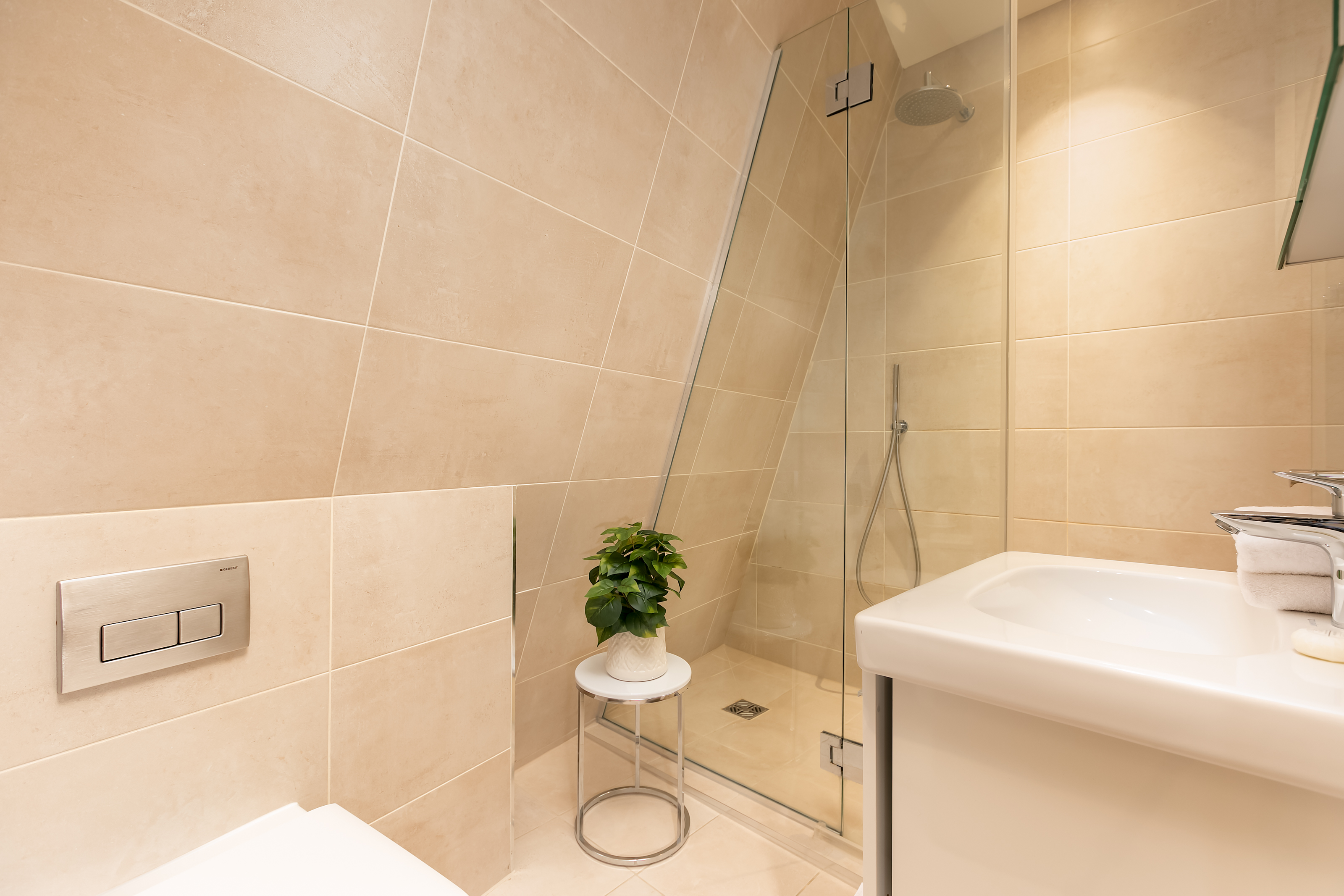 Lovelydays luxury service apartment rental - London - Fitzrovia - Wells Mews A - Lovelysuite - 2 bedrooms - 2 bathrooms - Lovely shower - 5 star serviced apartments in london - 1a25bc64139d - Lovelydays