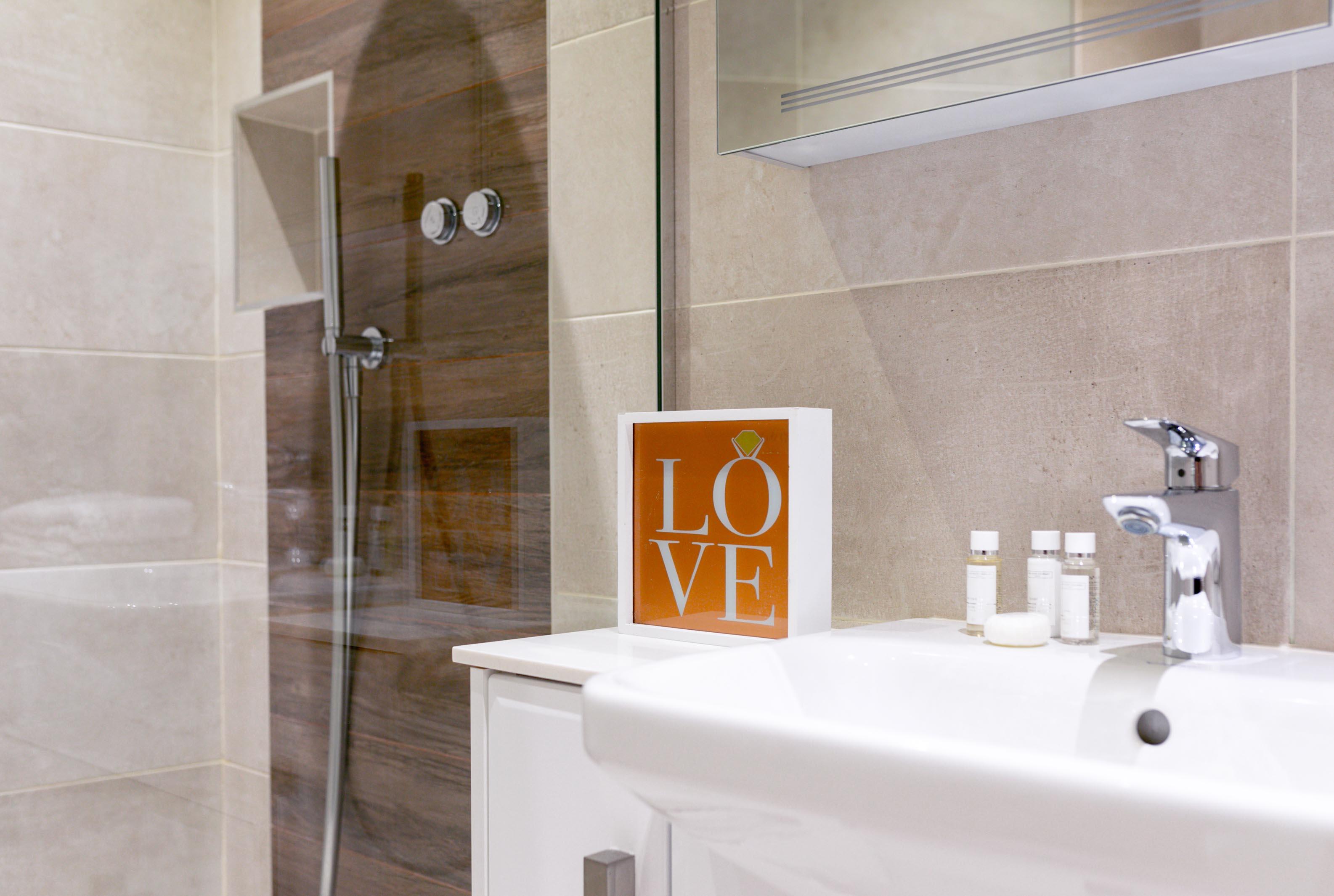 Lovelydays luxury service apartment rental - London - Fitzrovia - Wells Mews B - Lovelysuite - 2 bedrooms - 2 bathrooms - Lovely shower - d1ac917ca194 - Lovelydays