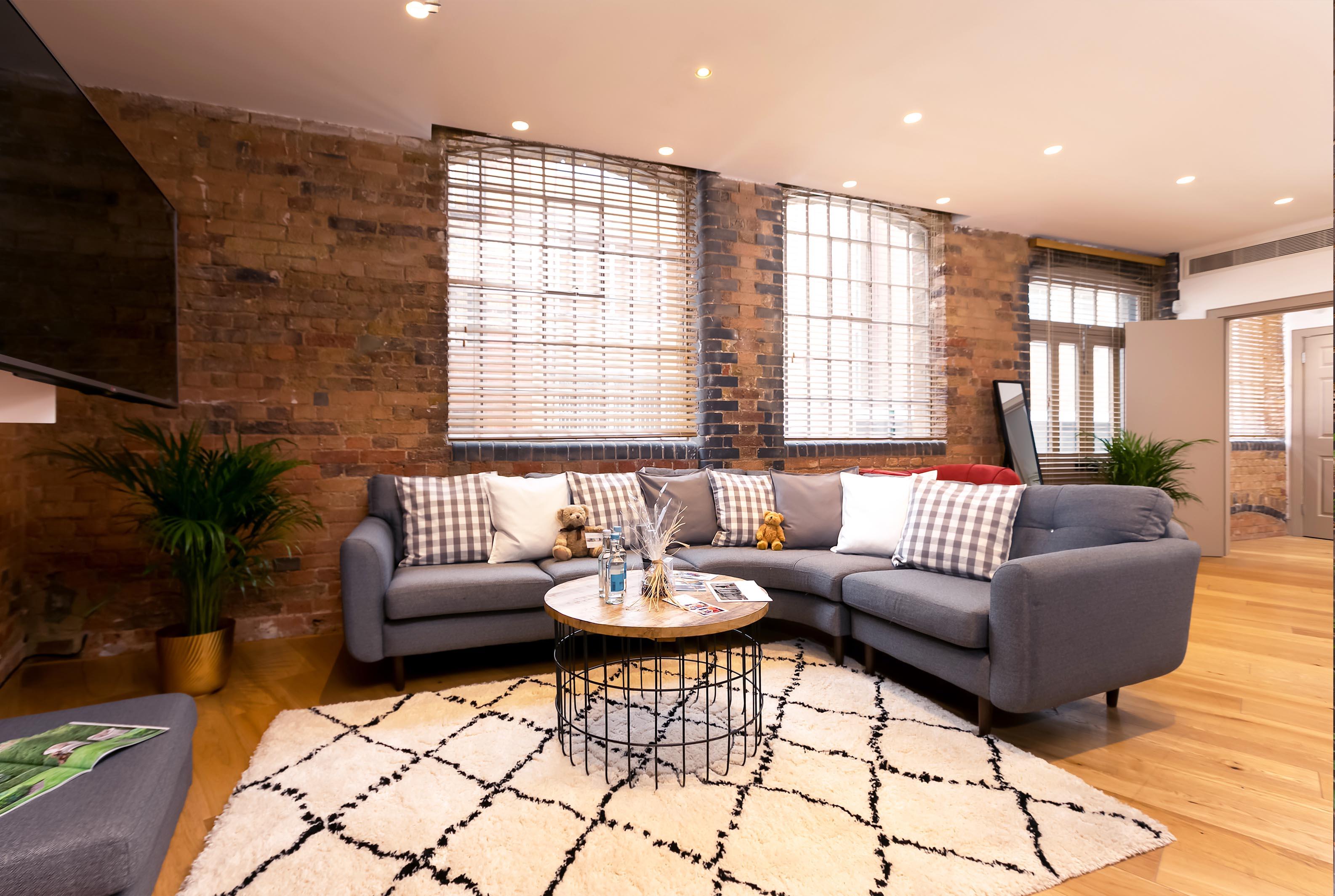 Lovelydays luxury service apartment rental - London - Fitzrovia - Wells Mews B - Lovelysuite - 2 bedrooms - 2 bathrooms - Comfortable sofa - ad8ed84ea6b6 - Lovelydays