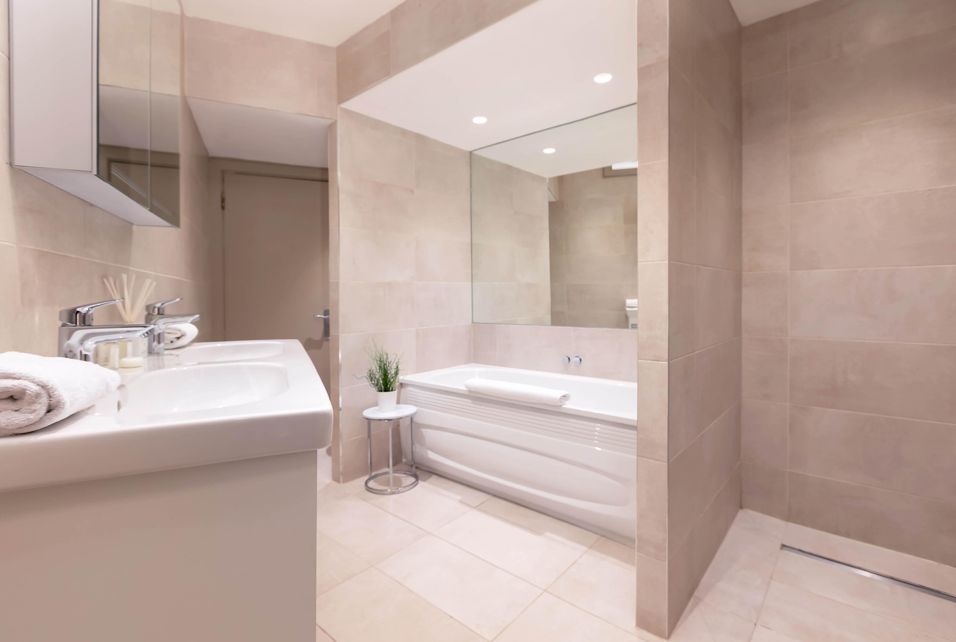 Lovelydays luxury service apartment rental - London - Fitzrovia - Wells Mews B - Lovelysuite - 2 bedrooms - 2 bathrooms - Beautiful bathtub - 643f1a25d302 - Lovelydays