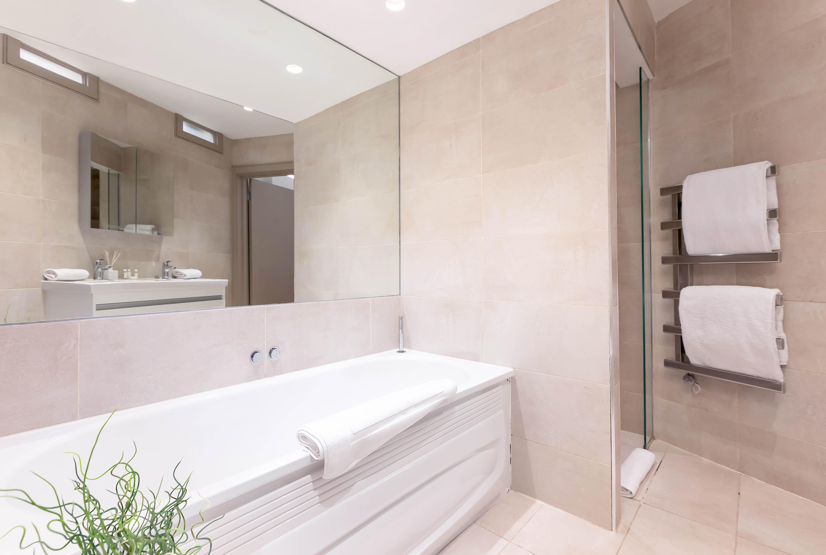 Lovelydays luxury service apartment rental - London - Fitzrovia - Wells Mews B - Lovelysuite - 2 bedrooms - 2 bathrooms - Beautiful bathtub - 1665bad4a404 - Lovelydays