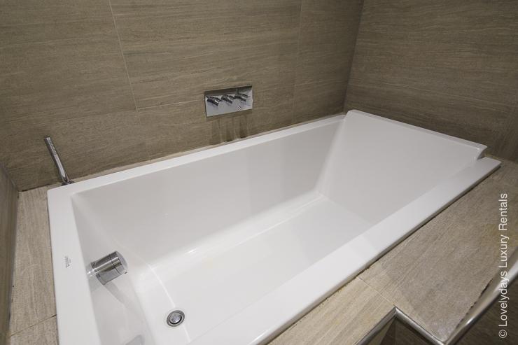 Lovelydays luxury service apartment rental - London - Notting Hill - Clanricarde II - Lovelysuite - 2 bedrooms - 2 bathrooms - Beautiful bathtub - 292c50dc1687 - Lovelydays