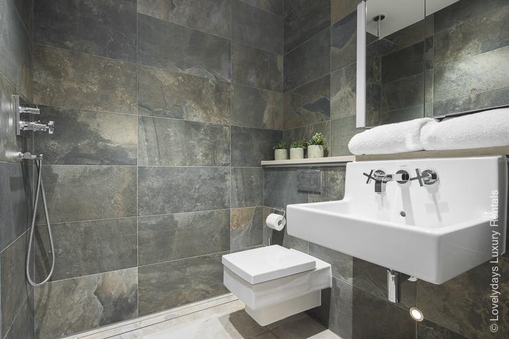 Lovelydays luxury service apartment rental - London - Soho - Romilly Street - Lovelysuite - 2 bedrooms - 2 bathrooms - Beautiful bathtub - 54d2e51150ba - Lovelydays