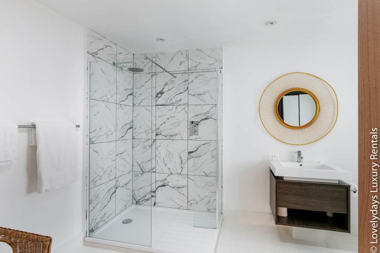 Lovelydays luxury service apartment rental - London - Fitzrovia - Goodge 55 - Lovelysuite - 2 bedrooms - 3 bathrooms - Lovely shower - 5bae31c7bc03 - Lovelydays