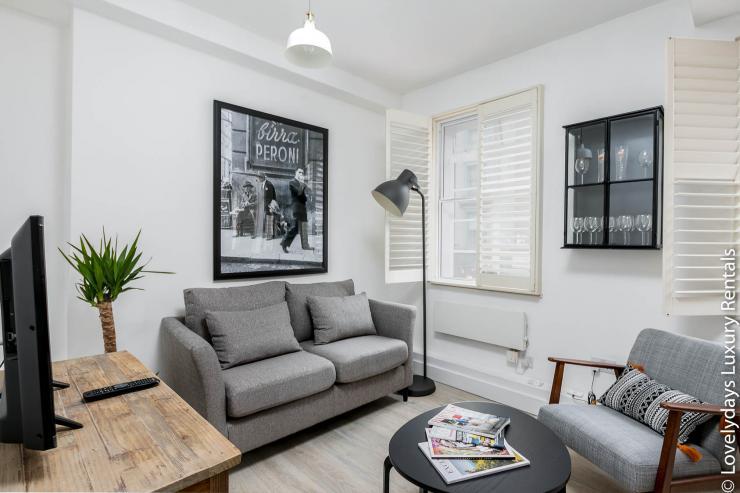 Lovelydays luxury service apartment rental - London - Fitzrovia - Goodge 55 - Lovelysuite - 2 bedrooms - 3 bathrooms - Comfortable sofa - e094bb8592de - Lovelydays