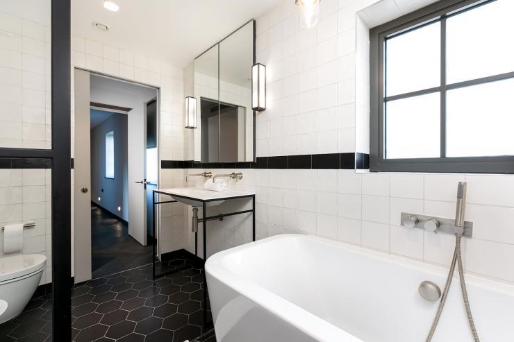Lovelydays luxury service apartment rental - London - Soho - Great Marlborough St VIII - Lovelysuite - 3 bedrooms - 3 bathrooms - Beautiful bathtub - f3283a42515b - Lovelydays