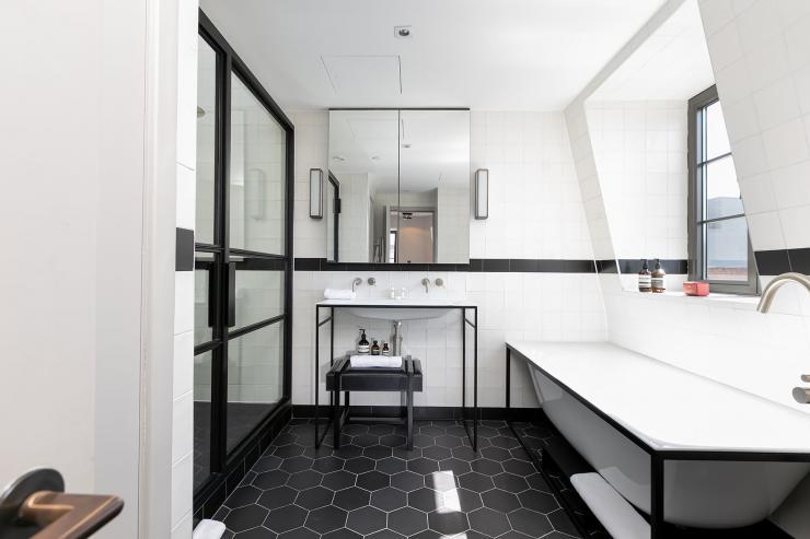 Lovelydays luxury service apartment rental - London - Soho - Great Marlborough St. IX - Lovelysuite - 2 bedrooms - 2 bathrooms - Beautiful bathtub - 035ce5ba29b5 - Lovelydays