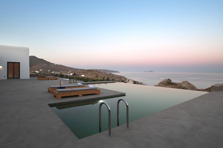 https://lovelydays.com/images/properties/img/Villa-Dione/Villa-Dione-64bb00fd23d4.jpg