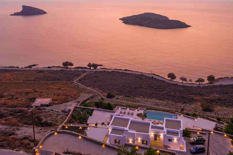 <p>Lovelydays Luxury Rentals introduce you pictures of a charming house in the heart of Syros</p>