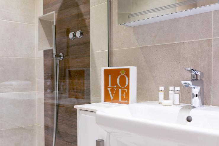 Lovelydays luxury service apartment rental - London - Fitzrovia - Wells Mews B - Lovelysuite - 2 bedrooms - 2 bathrooms - Lovely shower - 072aa3c4fd71 - Lovelydays